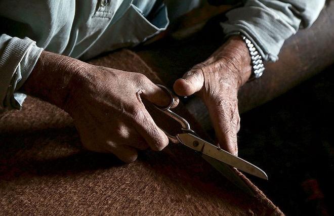صاف کردن لبه های عبا توسط قیچی